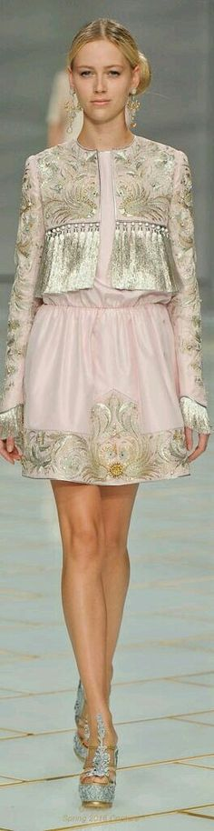 Fashion Show : Guo Pei Spring 2016 Couture Couture Fashion, Runway Fashion, Fashion News, High Fashion, Fashion Beauty, Fashion Show, Womens Fashion, Gothic Fashion, Pretty Dresses