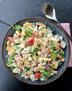Kylling- og pastasalat med krema pestodressing - LINDASTUHAUG Good Food, Yummy Food, Cobb Salad, Potato Salad, Tapas, Food Porn, Food And Drink, Easy Meals, Healthy Recipes