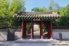 Le Jardin de Séoul au Jardin d'Acclimatation Paris 75016. Le Jardin de Séoul fut inauguré le 25 mars 2002 par Bertrand Delanoë et son homologue M. Goh Kun, maire de Séoul. C'est un petit havre de paix et de zénitude au coeur du Jardin d'Acclimatation.