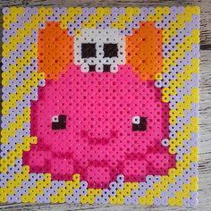 """Gefällt 16 Mal, 0 Kommentare - @danilinsidiy auf Instagram: """"😊 ich mag kleine Oktopusse. Und Skulls sowieso. 😁  #oktopus #tintenfisch #pink #skull #bügelperlen…"""" Smiling Eyes, Smile Face, Skull, Kids Rugs, Cute, Pink, Character, Instagram, Decor"""