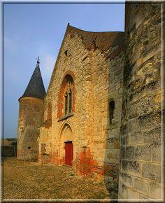 Chaourse - Aisne - Les rondes tours défensives de l'église permettent de tirer sur tout ce qui bouge... sauf sur moi. C'est ainsi que j'ai pu ramener les images de cette solide construction religieuse du 12-16ème siècle