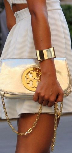 Visit Tory Burch to shop for Miller Metallic Clutch and more Womens View All. Find designer shoes, handbags, clothing & more of this season's latest styles from designer Tory Burch. Mega Fashion, Look Fashion, Womens Fashion, Fashion News, Fashion Bloggers, Trendy Fashion, Looks Style, My Style, Glam Style