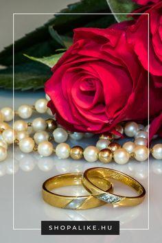 Bár egy menyasszony számára kétségkívül az esküvői ruha a legfontosabb, a jól megválasztott ékszerek tovább fokozzák a ruha ragyogását. A nyakláncok, fülbevalók és karkötők nemcsak egyszerű kiegészítők, hanem az esküvői megjelenésed szerves részei, ezért fontos, hogy ne az utolsó pillanatban vedd meg őket. Hogy ne tűnj túlcicomázottnak, azt javasoljuk, hogy maximum egy hangsúlyos ékszert, például nyakláncot válassz, amit kisebb ékszerekkel egészíthetsz ki. #esküvőidivat #ékszerek #esküvő Wedding Engagement, Wedding Rings, Engagement Rings, Harmony Rose, Husband And Wife Love, Beautiful Love, Live Wallpapers, Bridal Accessories, Diamond Rings