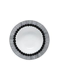 Elämyksellinen ateria. Syvä Oiva/Siirtolapuutarha-lautanen on omiaan aamupuurolle ja marjoille tai päivälliskeitolle. Sami Ruotsalaisen kaunis muotoilu saa särmikkään säväyksen Maija Louekarin Siirtolapuutarha-kuosista, joka koristaa lautasen reunaa. Laad