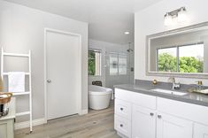 Bath Remodel - How Can You Achieve The Best Bathroom Look? There comes a time when you start to look for a new bathroom remodel great ideas. Bathroom Design Small, Bathroom Layout, Bathroom Ideas, Remodeling Contractors, Home Remodeling, Bathroom Remodeling, Best Bathroom Paint Colors, Mini Bad, Bath Remodel