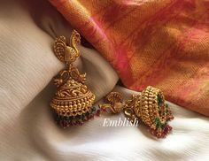 Here are the most beautiful antique Jhumka designs by three most popular jewellery brands. Gold Jhumka Earrings, Jewelry Design Earrings, Gold Earrings Designs, Gold Jewellery Design, Antique Earrings, Indian Earrings, Gold Jewelry, Jewelry Accessories, Indian Bridal Jewelry Sets