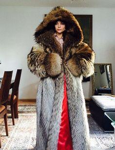 Fur Fashion, Womens Fashion, Fox Fur Coat, Oversized Coat, Parka, Cool Pictures, Beautiful Women, Furs, How To Wear