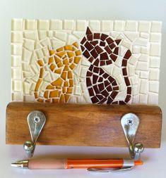 Cabideiro em madeira maciça, com mosaico feito em pastilhas de vidro cristal.  Vem com dois ganchos de alumínio. Ideal para organizar bolsas, roupas, capas de chuvas, toalhas...  Tamanho: 17 cm de largura x 24 cm de comprimento. Mosaic Tray, Mosaic Tile Art, Mosaic Pots, Mirror Mosaic, Mosaic Garden, Mosaic Crafts, Mosaic Projects, Mosaic Glass, Stained Glass Designs