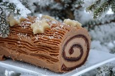 Rulada de ciocolata Chocolate Swiss Roll, Delicious Desserts, Dessert Recipes, Romanian Food, Sweet Tooth, Deserts, Good Food, Food And Drink, Cooking Recipes