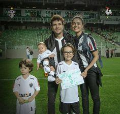 Daniel de Oliveira e Sophie Charlotte em família curtindo o jogo ontem entre Atlético x Chapecoense #Galo