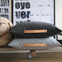 Louise Smærup Lækker uldpude af højt kvalitets møbelstof 65 cm x 65 cm. Påført skindrem. Køb den her