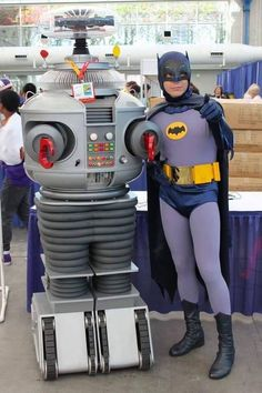 Cosplayer Scott Sebring as Batman meets the Robot from Lost in Space, at Comic-Con. Batman Y Robin, Batman 1966, Im Batman, Superman, Batman Tv Show, Batman Tv Series, Batgirl, Catwoman, Beatles