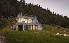 Maison contemporaine semi enterrée avec rooftop naturel - Visit the website to see all pictures http://www.amenagementdesign.com/architecture/maison-contemporaine-semi-enterree-rooftop-naturel/