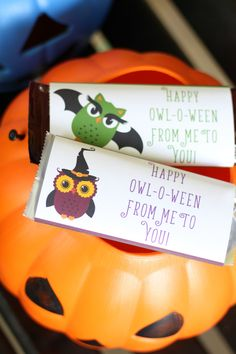Jazz up a full size candy bar with these super cute Halloween candy bar wrappers! Gift them to a special friend, teacher, or child! Halloween Candy Bar, Halloween Food Crafts, Cute Halloween, Halloween Treats, Halloween Decorations, Chocolate Bar Wrappers, Candy Bar Wrappers, Happy Owl, Spooky Food