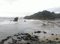 Playa de Aguilar en Muros del Nalón un día nublado. Asturias