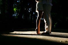 noiva levantando os pezinhos ao beijar o noivo no ensaio de noivos