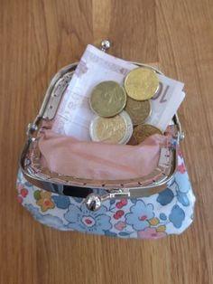 Voici un p'tit tuto histoire de démystifier l'utilisation des fermoirs en métal pour les petites pochettes type porte monnaie, mini sac à m...