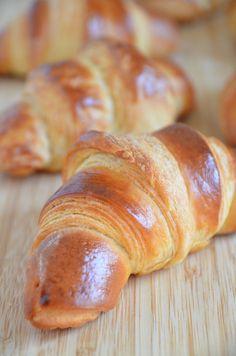 Selbstgemachte Croissants sind einfach himmlisch. Mit diesem Croissant Rezept könnt ihr gleich einen Vorrat produzieren und diesen einfrieren. Bei Bedarf habt ihr dann immer frische Croissants zu Hand.