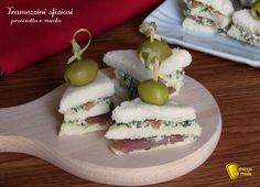 TRAMEZZINI SFIZIOSI FINGERFOOD CON PROSCIUTTO E CREMA DI RUCOLA #tramezzini #sandwich #prosciutto #rucola #ricetta #Natale #veloce #facile #easy #quick #christmas #antipasto #antipasti #xmas #buffet #recipe #ilchiccodimais http://blog.giallozafferano.it/ilchiccodimais/tramezzini-sfiziosi-fingerfood/