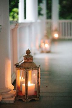 Great lanterns on a wrap-around porch! Candle Impressions has Flameless Outdoor Candles that would be perfect for this! Deco Restaurant, Vibeke Design, Outdoor Lighting, Outdoor Decor, Outdoor Candles, Lantern Lighting, Porch Lighting, Candle Lanterns, Porch Lanterns