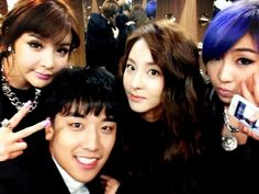 Seungri shares a friendly photo with the 2NE1 members