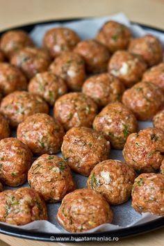 Reteta de Chiftelute la cuptor, fara prajire Meat Recipes, Healthy Dinner Recipes, Cooking Recipes, Good Food, Yummy Food, Tasty, Musaka, Romanian Food, Diy Food