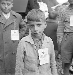 Flüchtlinge aus dem Val d'Ossola bei ihrer Ankunft in Brig (Wallis), Lausanne, Radios, Innocent Child, Remembrance Day, World War Two, Old Pictures, Science Nature, Wwii, Switzerland