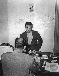 Ahmed Ben Bella interrogé dans les locaux de la DST à Alger, le 22 octobre 1956. plus tard il sera le 1er président de la république Algérienne