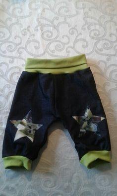 Se disse søde bukser i denim til den lille dreng Str.  86. Der findes kun dette par og jeg laver løbende forskellige unikke par.   Prisen for dette par er = 125 kr.  Se venligst mere inde på min Facebook side : By Kris & Nic