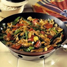 Learn how to prepare this easy Chicken, Vegetable, and Cashew Stir-Fry recipe like a pro. With a total time of only 20 minutes, you'll have a delicious dinner ready before you know it. Healthy Recipes For Weight Loss, Healthy Dinner Recipes, Stir Fry Recipes, Cooking Recipes, Sushi Comida, Vegetable Recipes, Chicken Recipes, Salad Dishes, Easy Chicken Curry
