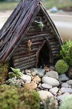 A tutorial on making this little house with sticks and glue gun. Juise: A Home for the Faeries #garden #miniature #fairy