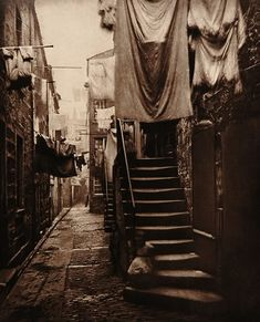 Close No 193 Hight Street - 1868 Scottish photographer Thomas Annan's view of the poor living conditions in the narrow lanes just off the High Street, Glasgow. Annan was commissioned by The City Improvement Trust to document the city's slums which. Victorian London, Vintage London, Old London, Victorian Street, Victorian Life, East London, Victorian Fashion, London 1800, Victorian Photos