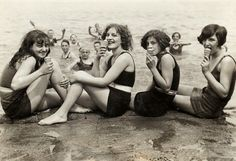 Just south of Oak Street Beach, Chicago. I want my summer to look just… Vintage Photographs, Vintage Photos, Nostalgic Images, Bathing Costumes, Roaring Twenties, Oui Oui, Parcs, Bathing Beauties, Vintage Love
