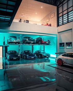 Man Cave Garage, Garage House, Dream Car Garage, Casa Top, Florida Mansion, Modern Garage Doors, Underground Garage, Ultimate Garage, Garage Interior