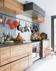<p>Ett hipsterkök hämtar inspiration från restaurangvärldens kreativt stökiga öppna kök. Rejäla arbetsytor (här lagas mat från grunden), återvunnet material och synlig köksutrusning är viktiga detaljer. Välkommen in i en kreativ köksvärld!</p>