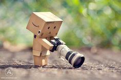 Ou comment donner vie à pas grand chose avec un peu d'imagination. Anton Tang, un photographe de Singapour a décidé de donner vie à un petit robot fait de carton (Danbo, personnage tiré du manga japon