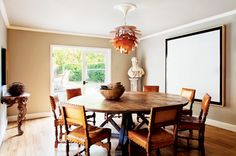 The Chicest Dining Rooms You've Ever Seen Round Wooden Dining Table, Round Dining, Dining Room Table, Dining Area, Round Tables, Light Wood Kitchens, Eclectic Modern, Modern Interiors, Beautiful Dining Rooms