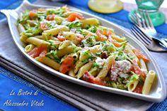 La Pasta con zucchine e salmoneè un primo piatto fresco e salutare. Dieci minuti per una piatto bello, buono e light!