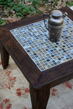 REALLY pretty coffee table/end table. Love the tile work! this give me an idea for a floating scrabble board . Mosaic Coffee Table, Small Coffee Table, Rustic Coffee Tables, Coffee Table Redo, Furniture Making, Diy Furniture, Ideas Terraza, Tile Tables, Glass Mosaic Tiles