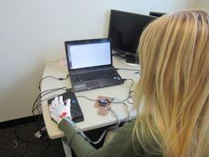 Luva ajuda pessoas com deficiência a aproveitarem os avanços da tecnologia. Confira a novidade.