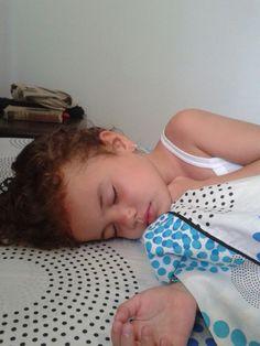 Isabela durmiendo después de piscina