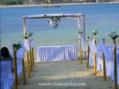 Decoración para tu ceremonia con bambús ideal para tu boda en playa por Bodas Huatulco