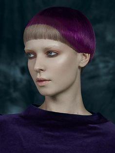 cheveux court, coupes courtes, coiffure a deux niveaux, l'en avec la couleur naturelle des cheveux, l'autre en violet, forme bol de la coiffure, visage avec base de maquillage transparente, yeux maquillés en beige brillant et noir, lèvres naturelles