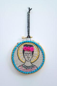 Little Frida Kahlo hand embroidery hoop art par MarysGranddaughter Crafts To Do, Yarn Crafts, Arts And Crafts, Fabric Crafts, Embroidery Hoop Art, Embroidery Patterns, Malva, Lesage, Fiber Art