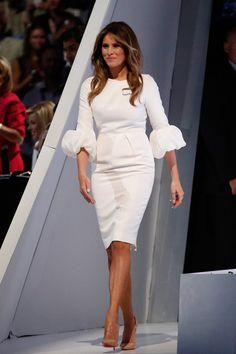 Melania Trump con vestido blanco de manga abullonada, de Roksana Ilincic