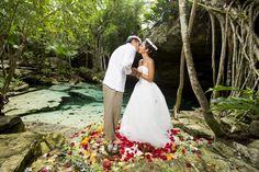 セノーテ結婚式 | Photography: AkiDemi Photography | Read more: http://www.storymywedding.com/magical-secret-cenote-wedding/ #セノーテ #destinationwedding # 結婚式 #海外ウエディング