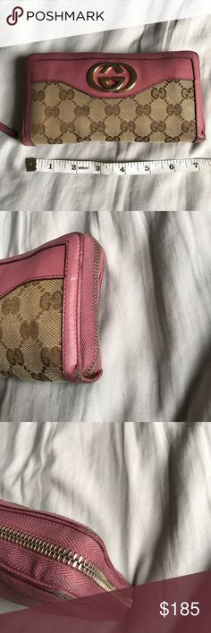 40f0c2fff Authentic ICONIC GUCCI WALLET Pre owned iconic GUCCI WALLET, has peeling on  sides as shown in pictures and color change on the LOGO, both zipper  outside and ...