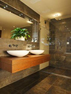 95 modelos de banheiro - Banheiro revestida com porcelanato escuro e bancada em madeira