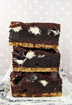 Unforgettable S'mores Brownies combine a classic campfire and summer favorite with an easy recipe for brownies. Rich, dense chocolate brownies are packed with mini white, fluffy marshmallows that just melt in your mouth. Just Desserts, Delicious Desserts, Dessert Recipes, Yummy Food, Tasty, Eat Dessert First, Dessert Bars, Brownie Bar, Smores Brownies