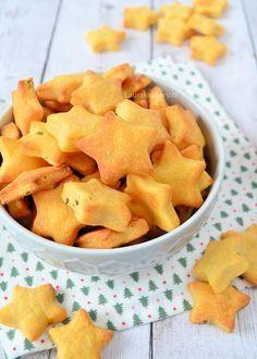 Deze sterren kaaskoekjes zijn door de vorm perfect voor Kerst. Met cheddar en Parmezaanse kaas maak je zelf heel eenvoudige deze koekjes voor de borrel!